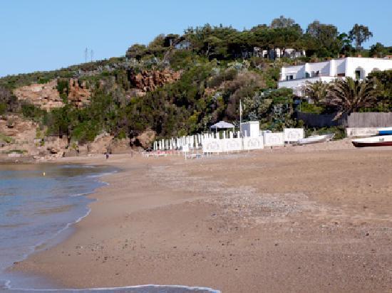 Hotel Antares: Das Hotel liegt wunderschön in einer kleinen Bucht mit eigenem Strand