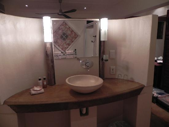 Afrikhaya Guest House: bathroom with quality toiletries