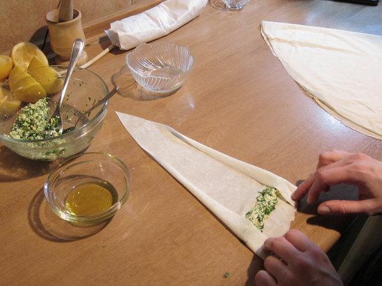 Delicious Istanbul : Preparing cigar burek