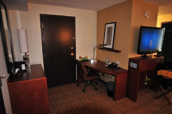 desk picture of hyatt place pittsburgh north shore. Black Bedroom Furniture Sets. Home Design Ideas