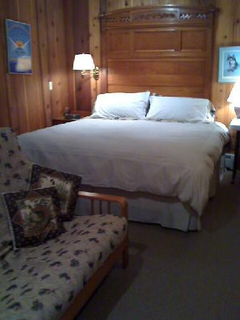 Girdwood Guest House: comfy king bed & queen futon