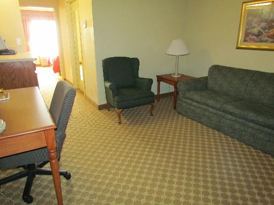 Country Inn & Suites By Carlson, Nashville Airport East : King Suite - Living Room Area
