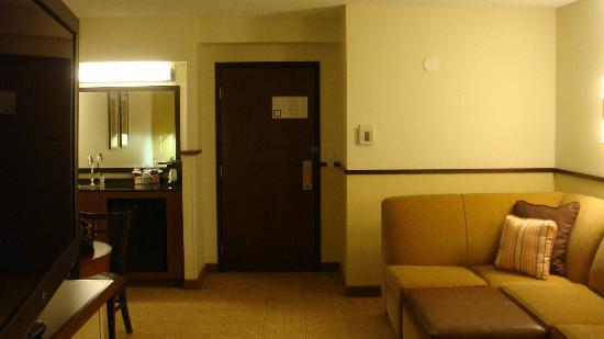 Hyatt Place Fremont/Silicon Valley: Looking towrads the door - Living room