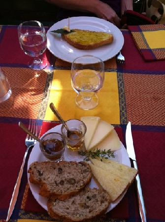 Ciciano, Italy: Olive Oil bread and Cheese plate