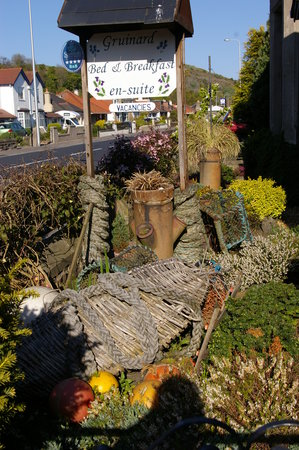 Gruinard Guest House: Garden and sign welcoming you to Gruinard.