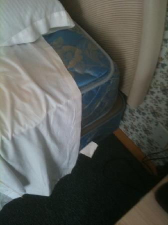 Rodeway Inn Lee: exposed, dirty mattress with no fitted sheet