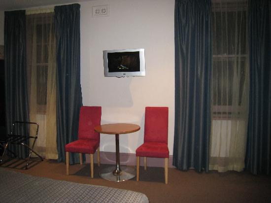 Central Hotel Hobart: Our room - flat screen TV