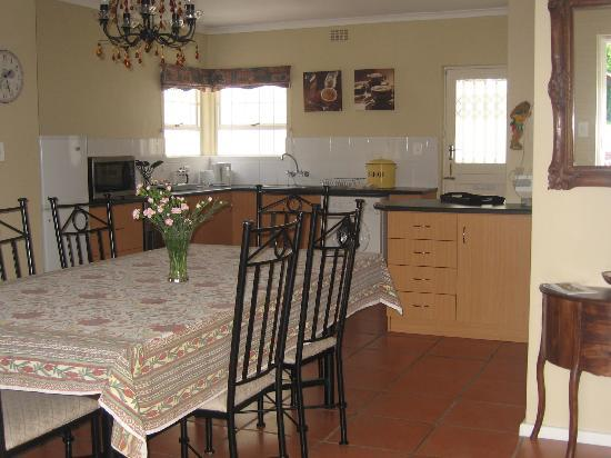 Paradiso Guesthouse & Self Catering Cottage: Cottage Dining area - Kitchen