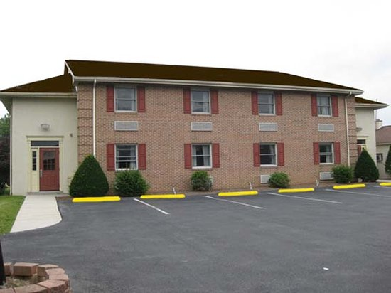 Cocoa Country Inn at Hershey: Interior Corridor Building