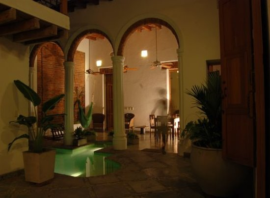 Casa Verde Hotel: Pool and lounge