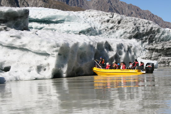 Glacier Explorers : Up close to an iceberg