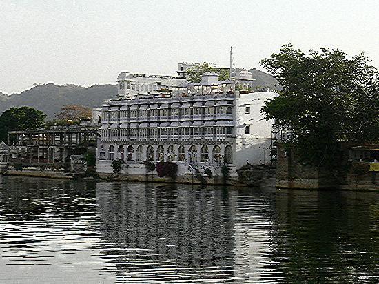 Lake Pichola Hotel: Hotel lakeside frontage
