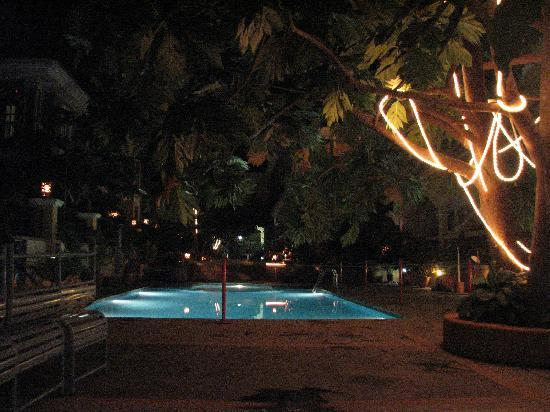 Martin's Comfort: Pool at night
