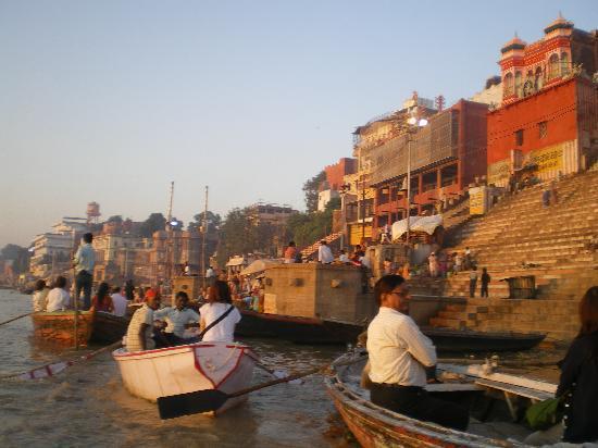 Varanasi, India: 早朝のガンガー