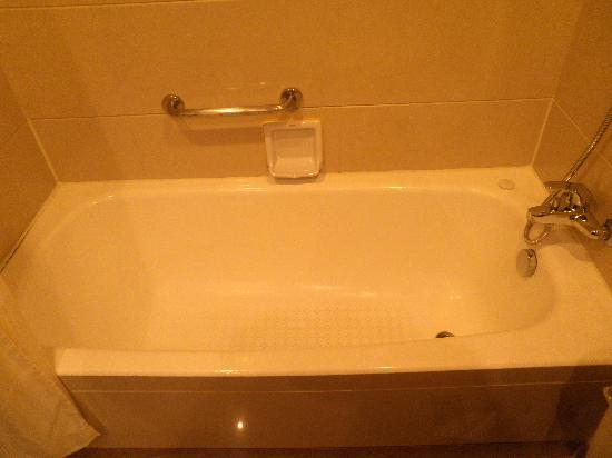 Victoria Hotel: 1st room toilet with bathtub and shower