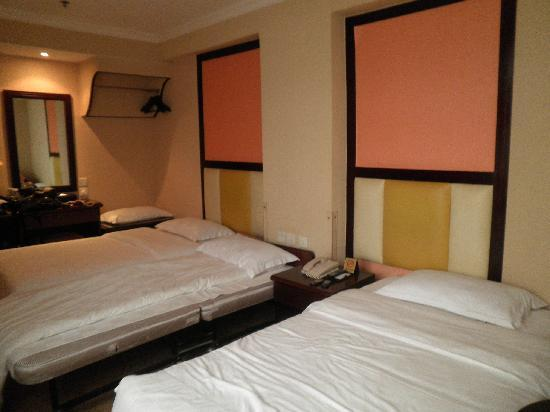Victoria Hotel: 2nd room for 3 guests; 3 beds - middle one is the extra one set up for us
