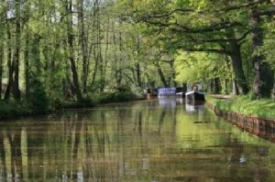 Leeds and Liverpool Canal: Llangollen Canal Narrow Boats