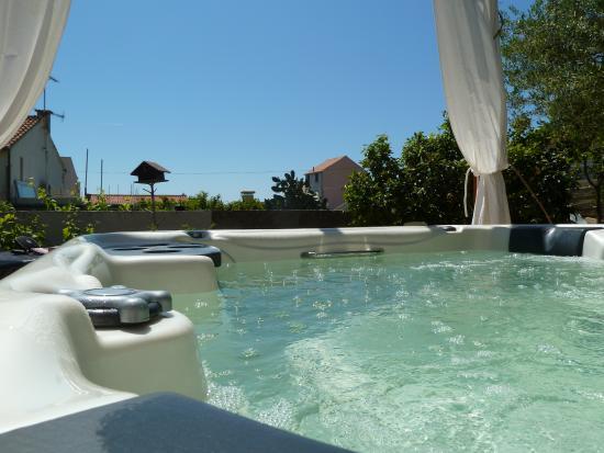 Villa Kamenica: Jacuzzi in the sun