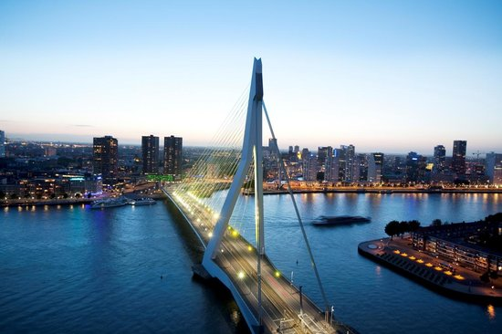 Roterdã, Países Baixos: Rotterdam Skyline with the Erasmus Bridge