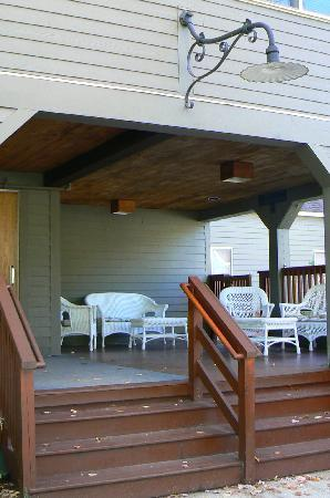 Snowy Owl Inn: Come relax on the front porch...