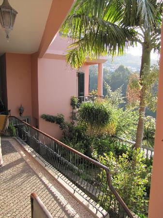 Quinta do Alto de Sao Joao: Verbindungsgang zw. Haus u Frühstücksraum