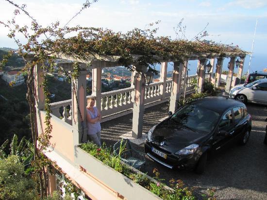 Quinta do Alto de Sao Joao: Parkplatz mit Laubengang