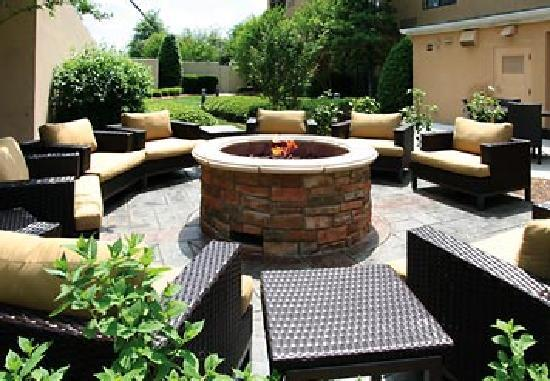 Courtyard by Marriott Rock Hill : Share stories and spirits with friends, family, or colleagues by the glowing fire pit located in
