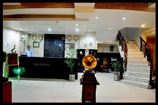 OYO Premium Derabassi: Hotel Paras