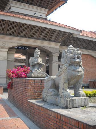 Hyatt Regency Kathmandu: Statues in the entrance