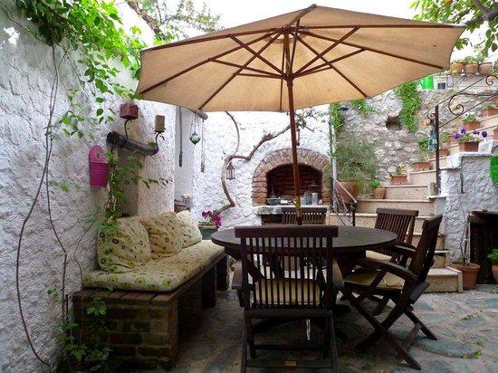Nazhan Hotel & Cafe: Courtyard of Naz Han Hotel, Selcuk