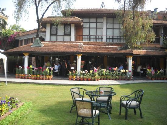Shangri-La Hotel Kathmandu: Breakfast by the garden