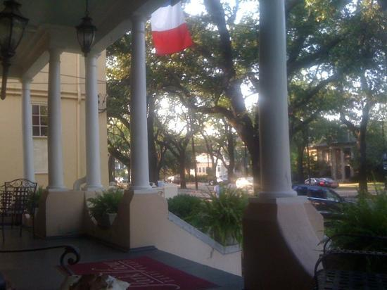 Park View Historic Hotel and Guest House: relaxing on the front porch