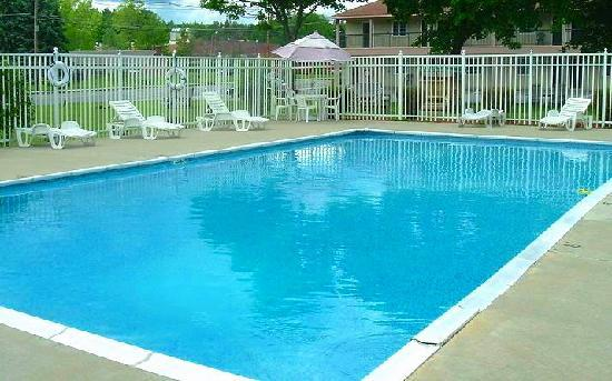 Howard Johnson Express Inn - Lenox: Swimming Pool
