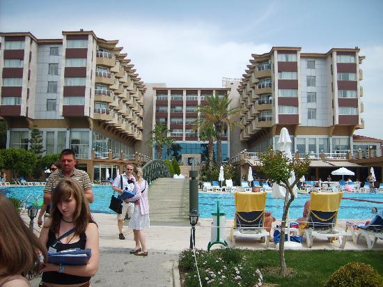 Hotel Terrace: Poolblick auf das Hotel