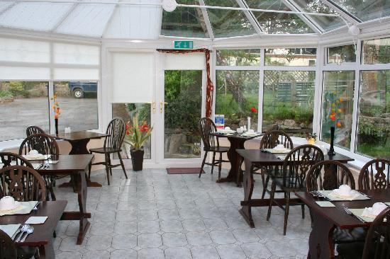 Benllech, UK: Lovely sunny conservatory where breakfast was served