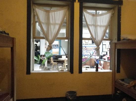 Tranquilo Backpackers: open windows into common area = noisy