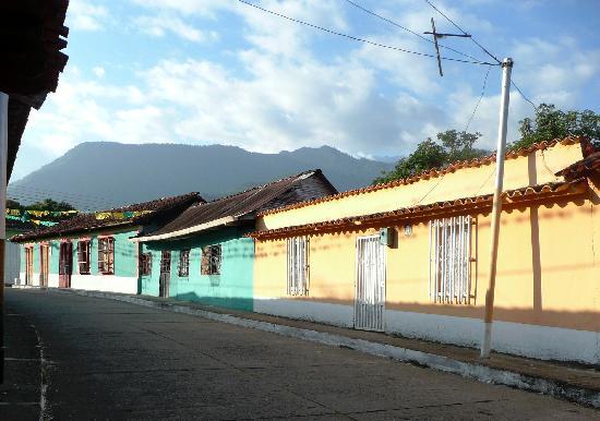 Posada Altamira Caceres: les maisons colorées du village