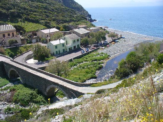 Les Gîtes du Cap Corse : En allant vers la plage tout près