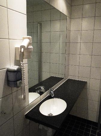 """Connect Hotel City - """"large room"""" - mini-sink & large mirror"""