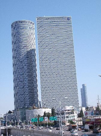 Azrieli Observatory : The towers from the street
