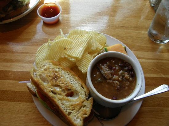 Gunflint Tavern : Soup and Sandwich