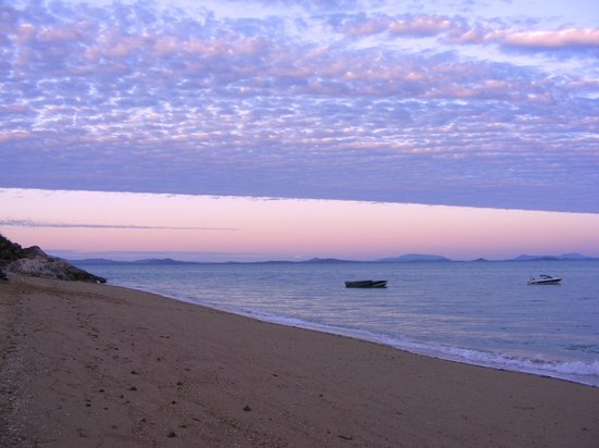 Pantai Airlie, Australia: Sunset from island camping on Gloucester Island.