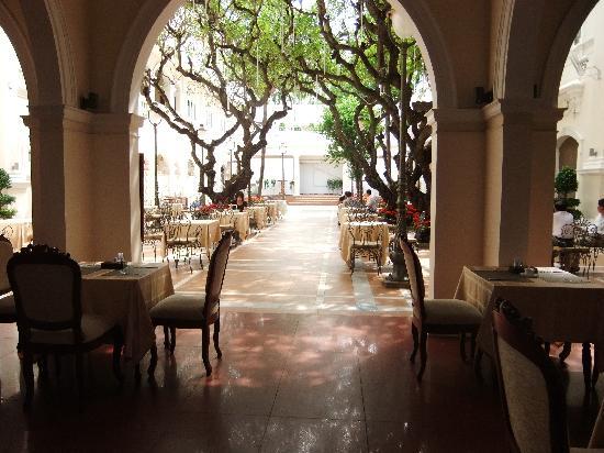 Hotel Continental Saigon: 中庭