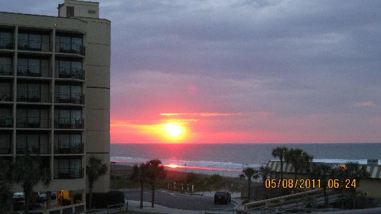 Springmaid Oceanfront Resort Myrtle Beach: Sunrise view from our room