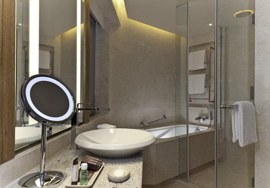 Sheraton Grand Bangalore Hotel at Brigade Gateway: Guest Bathroom