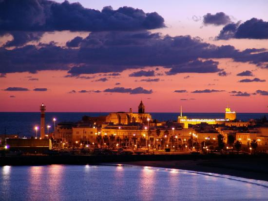 Rota, إسبانيا: Rota anocheciendo