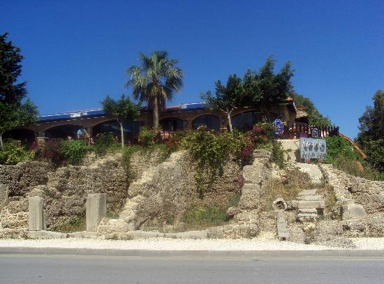 Leda Beach Hotel: the hotel restaurant taken from the road