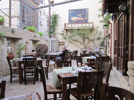 To Pigadi: Dining outside