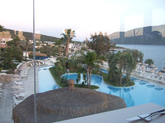 Bodrum Holiday Resort & Spa : View from restaurant over main pool