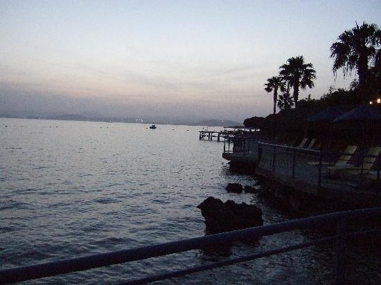 Bodrum Holiday Resort & Spa : Jetty and sea front sunbathing